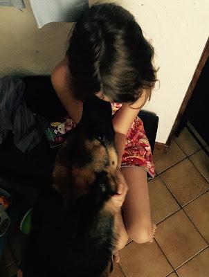 la petite fille et le berger allemand