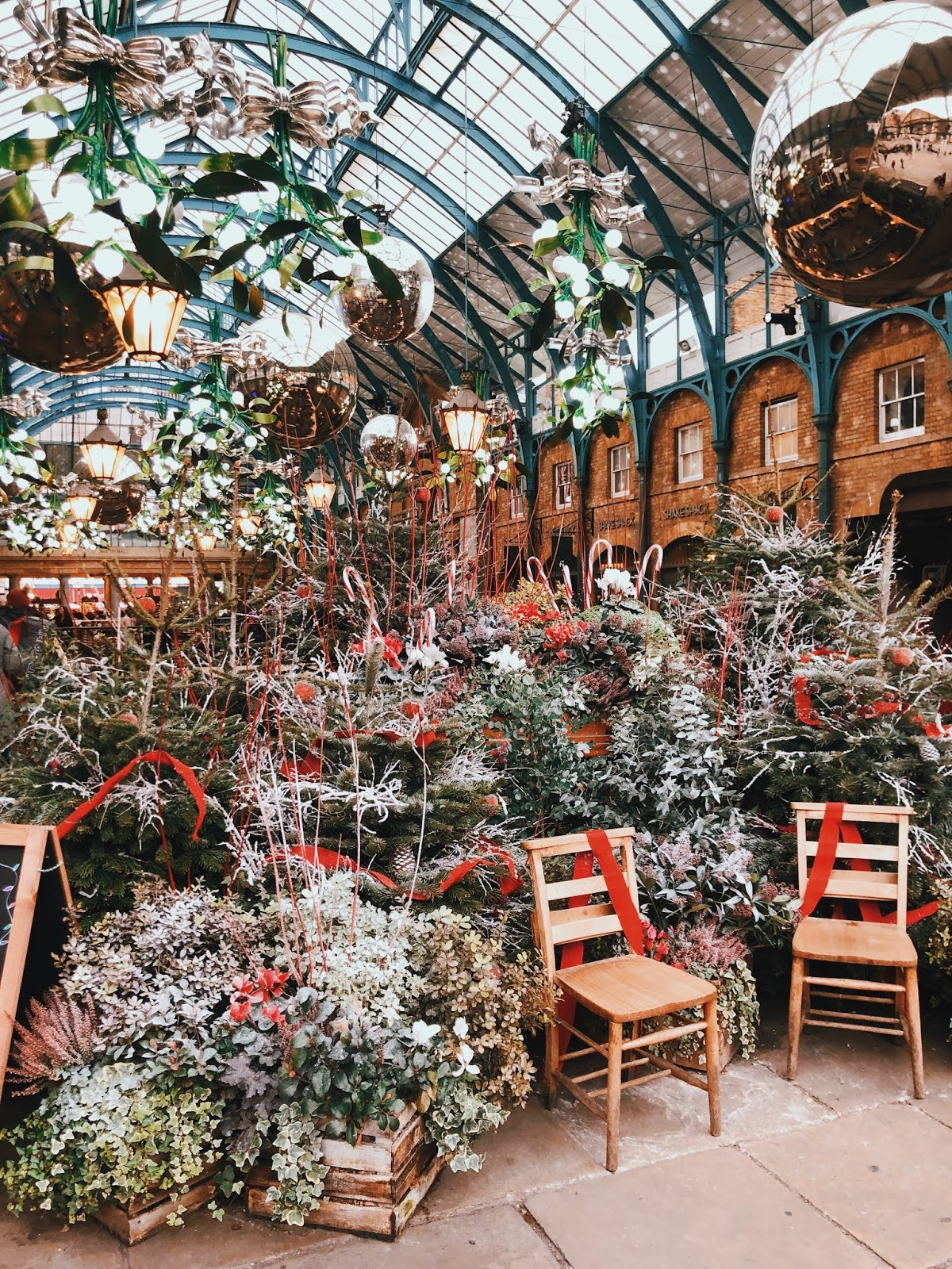 christmas in london, christmas decoration in london, christmas 2018, christmas decoration london 2018, indian blogger, london blogger, covent garden christmas decoration, christmas red, covent garden 2018, covent garden,