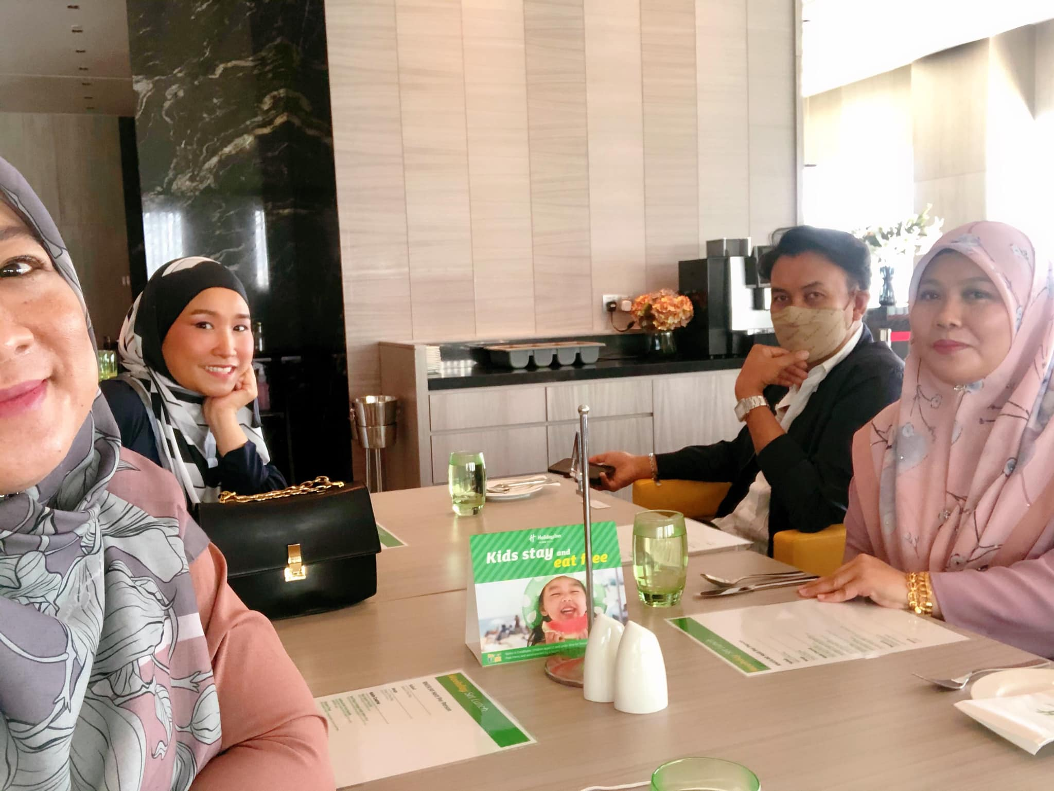 Makan Tengahri Bersama Geng Bas Sekolah Di DINE @ EIGHT HIJBC