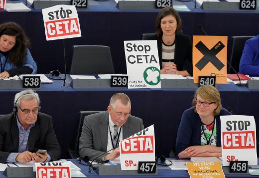 lhalasztották a CETA egyezmény aláírását, főként Vallónia és a Brüsszeli régió ellenállásának köszönhetően. Az egyezményre azonban eddig jóval többen mondtak nemet: köztük van több mint 3,5 millió uniós állampolgár és 2000 európai önkormányzat, melyek csatlakoztak a TTIP- és CETA-mentes övezetek hálózatához. Nem támogatja továbbá a CETA-t számos kanadai, német, francia gazdaszervezet, a Visegrádi Négyek agrárkamarái, sokszáz szakszervezet, környezetvédő- valamint digitális jogaink védelmével foglalkozó szervezet, számos vallási közösség. A CETA részét képező befektetői bírósági rendszert ellenzi az Európai Bírói Szövetség, a Német Bírói Szövetség, Magyarországon a Jövő Nemzedék Szószólója és 101 európai jogászprofesszor.