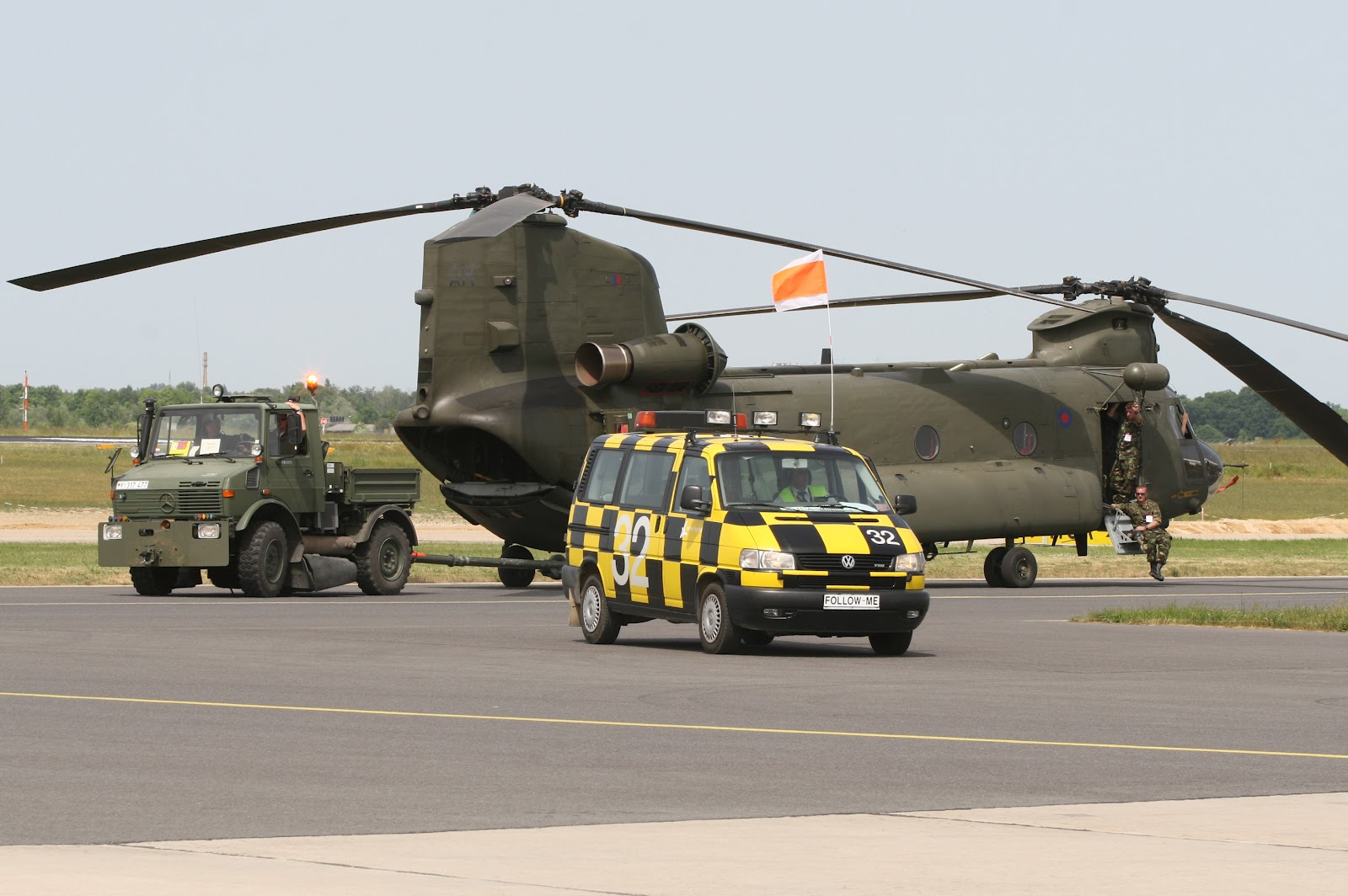 http://1.bp.blogspot.com/-qSDL-Ou2UlY/T_WkTVYy1aI/AAAAAAAAKiY/BKz_Gxlo9w8/s1600/boeing_ch47_chinook_royal_air_force.jpg