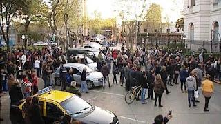 Este miércoles 14/09 una multitud de vecinos se manifestó e increpó a los concejales solicitando por más seguridad.