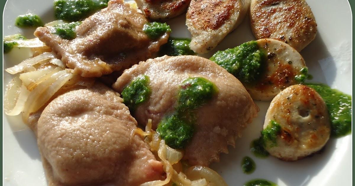 Vollkorn-Emmer-Maultaschen mit Rote Bete Füllung dazu gebackene Weißwurst und Grünkohl-Pesto