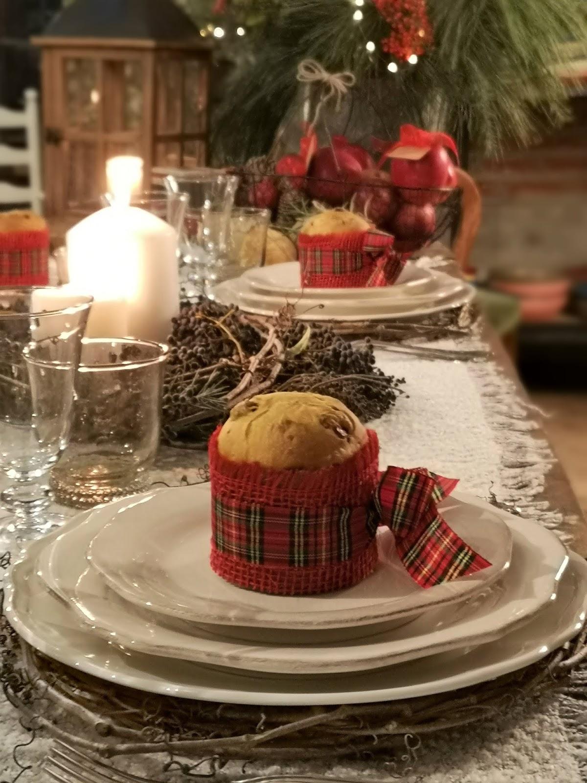 tavola natalizia in un antico podere