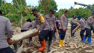 Tidak Sungkan, Kapolres Lutra Turun Langsung Bersihkan Jalan Bekas Banjir Bandang