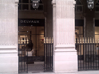 Palais Royal Comédie Française Les boutiques luxueuses, originales et artistiques autour du jardin.