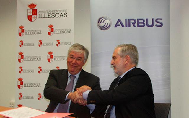 Un momento de la firma entre el Alcalde de Illescas y el responsable de Airbus. IMAGEN  ILLESCAS COMUNICACIÓN