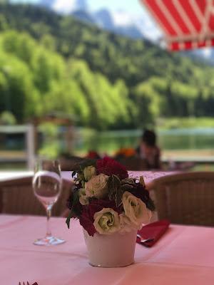 Hochzeitskaffee, Trachtenhochzeit in den Bergen, Dunkelrot und Creme, Rosen, Dirndl, Maihochzeit, Riessersee Hotel Garmisch-Partenkirchen, Bayern, Mountain wedding in Bavaria