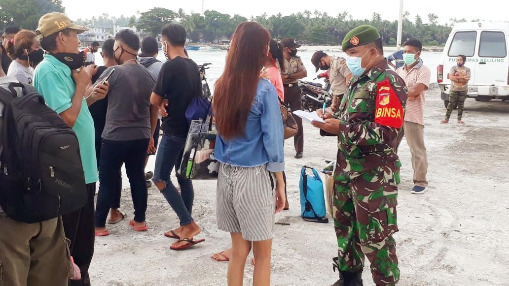Babinsa bersama satgas relawan gugus penanganan covid19 kecamatan nanusa melaksanakan kegiatan protokol kesehatan di dermaga