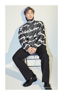 RM  bez okularów siedzący na krześle w rozkroku