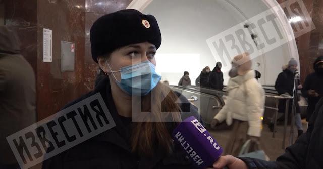 Рожала на газетах! Полицейские приняли роды у женщины в московском метро!