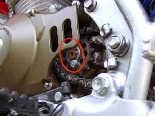 XR100モタードのドライブスプロケット固定ボルト画像。自分の整備不良でスプロケットボルトが吹っ飛んで行ってしまいました。