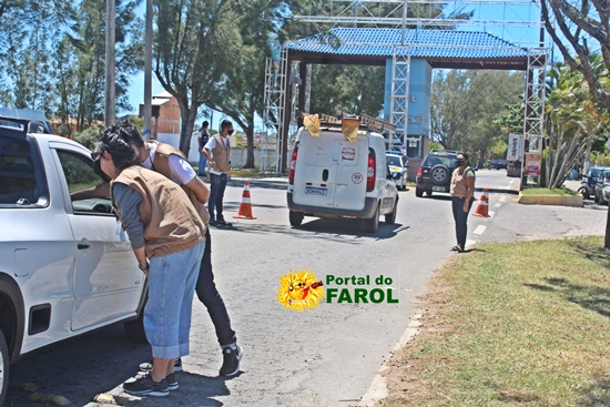 Barreira sanitária é montada para restringir entrada na praia do Farol