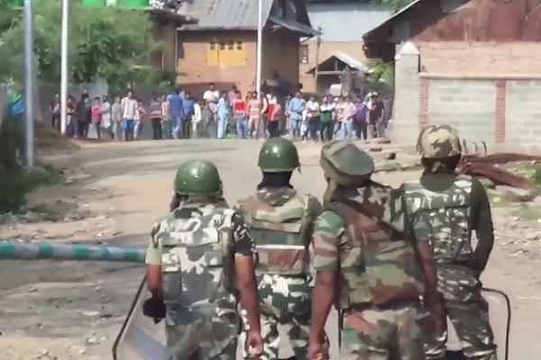 srinagar-hindi-news-stone-pelter-shooted-by-army-in-batmaloo