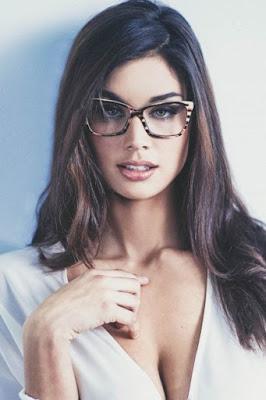 Wanita Seksi pakai kacamata