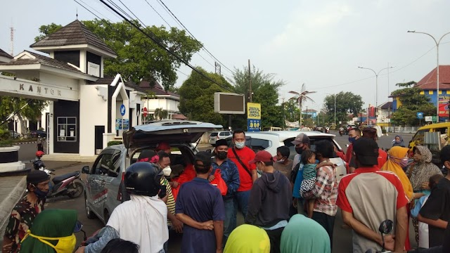 Jurnalis Karawang dan Law Office Arya Mandalika Bagikan Ratusan Paket Sembako