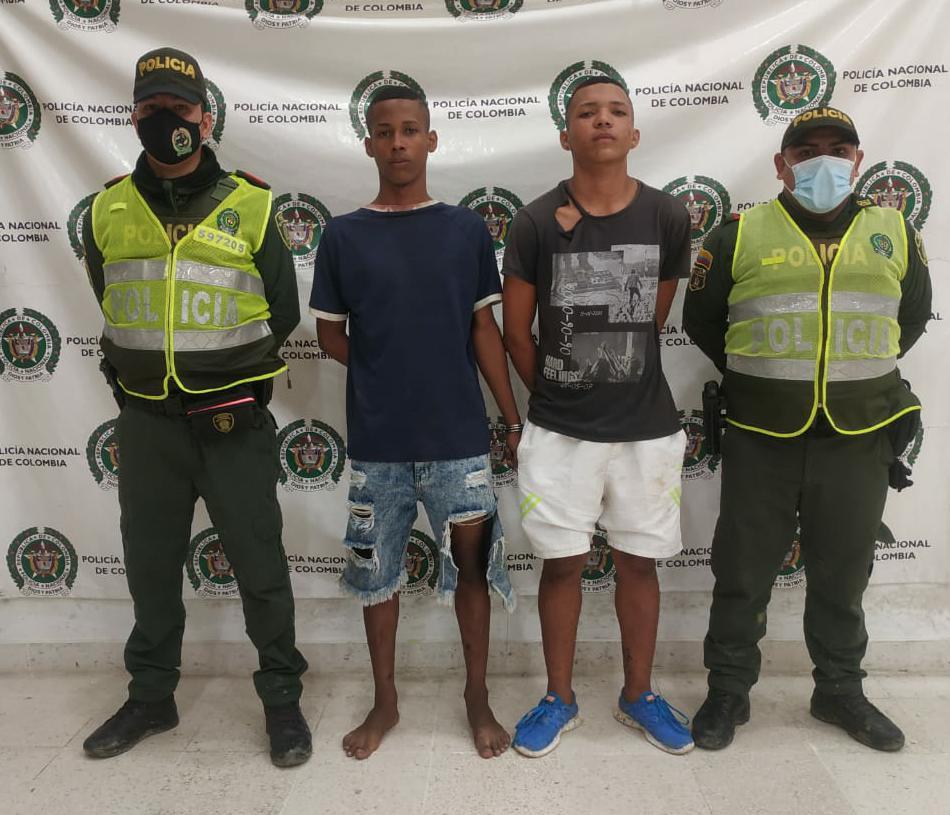 https://www.notasrosas.com/En Riohacha dos hombres hurtaron una motocicleta, huyeron, se subieron a un árbol, y al final la Policía Nacional los pudo atrapar