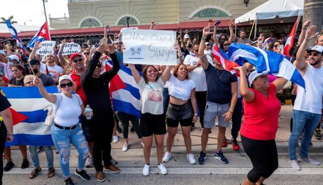 CIENTOS DE MANIFESTANTES PROTESTAN EN LA HABANA