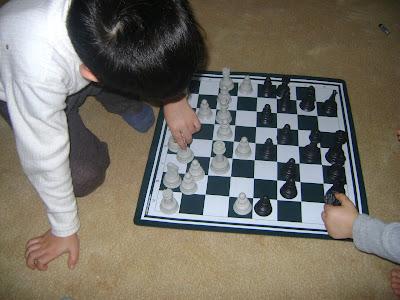 çocuklarla satranç oynamak