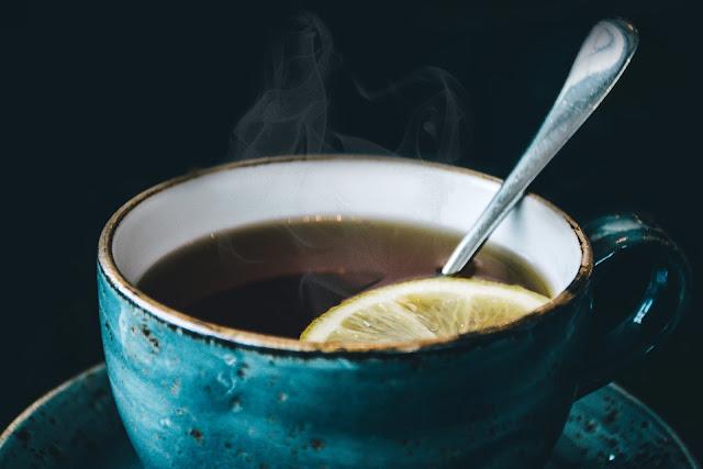 Secangkir teh lemon untuk melawan radang tenggorokan