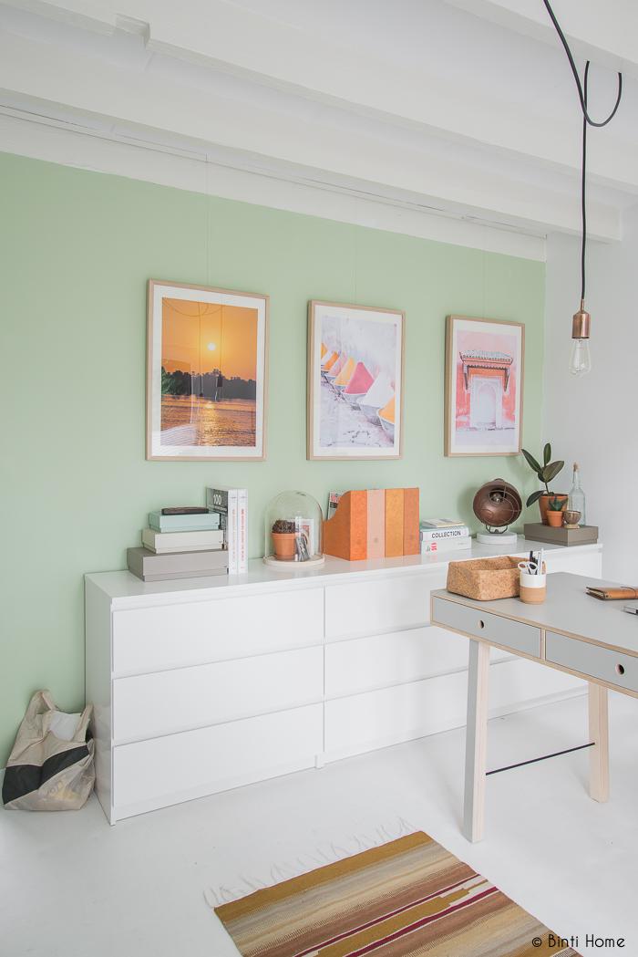 Witte Malm ladenkasten van Ikea met grijs bureau House Doctor Binti Home