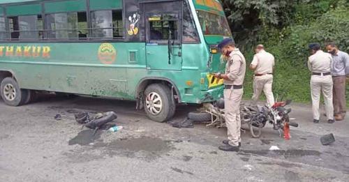 हिमाचल: निजी बस और बाइक के बीच जोरदार भिड़ंत, युवक की दर्दनाक मौत