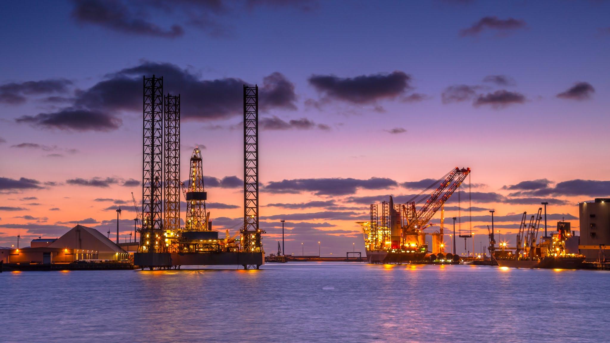 النفط يصعد باتجاه أعلى مستوياته
