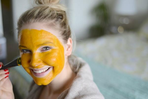maska-za-lice-kurkuma-med-bore-fleke-na-licu-čišćenje-lica