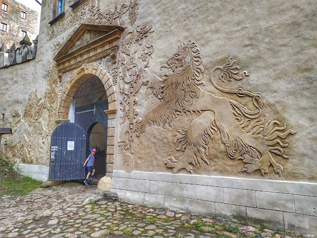 brama wejściowa do Zamku Grodno w Zagórzu Śląskim