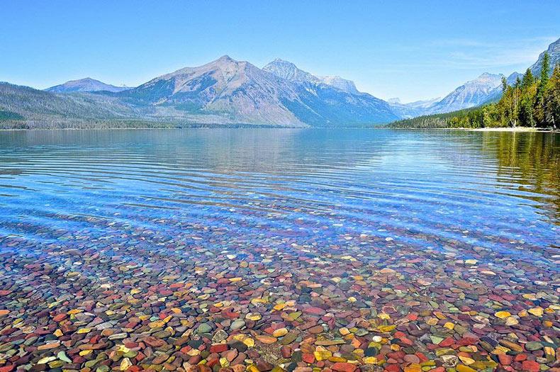 Los guijarros multicolor del lago McDonald | Canadá