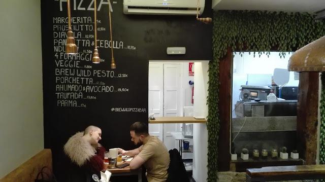 BREW WILD PIZZA BAR, comedor y cocina