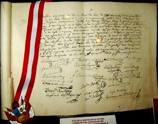 Foto al Acta de la Independencia del Perú junto al escudo peruano