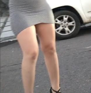 Chica piernas sexys vestido corto