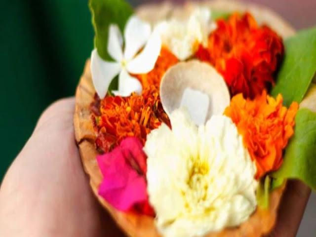 मंदिर से प्रसाद के रूप में मिली फूलमाला या फूल को इस तरह रखें कि न हों पाप के भागीदार