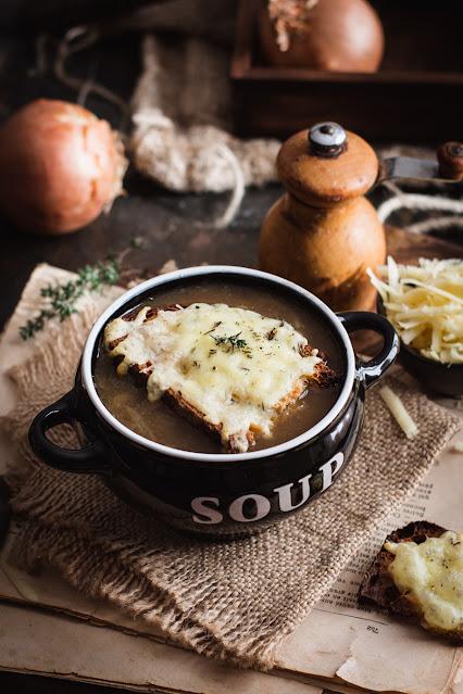 Soupe à l'oignon gratinée au cantal