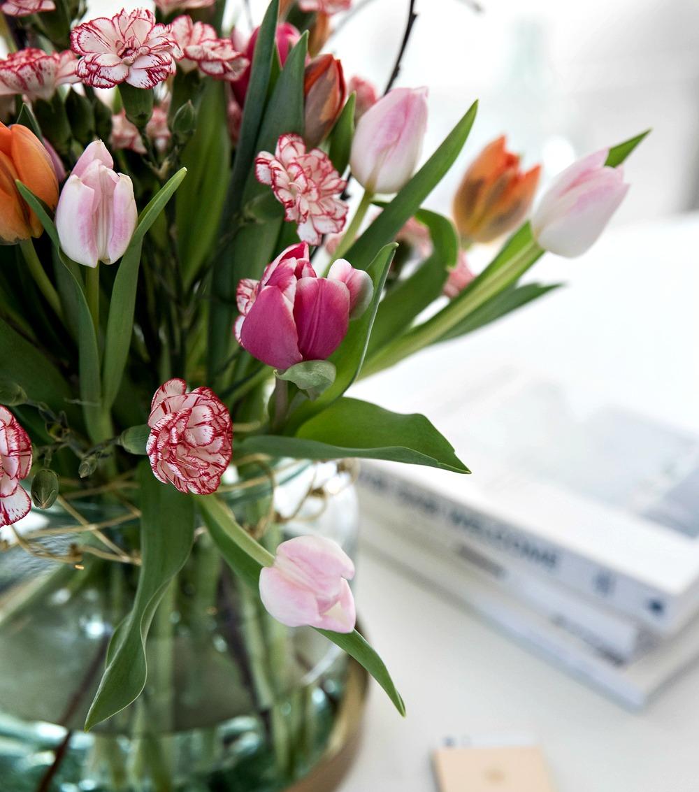 kukat, flowers, diy, tulppaani, neilikka, tulips, Visualaddict, valokuvaaja, Frida Steiner, koti, sisustus, kukkakimppu, väri, kevät kevätkukat, vaasi, lasivaasi