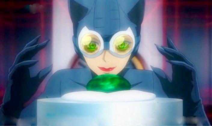 Imagem de capa: imagem da animação em que vemos a Mulher-Gato em seu traje de gato, cor azul-escuro com um par de óculos com lentes laranjas, e as luvas com garras, prestes a tirar uma enorme pedra preciosa verde do seu suporte em algum tipo de museu.