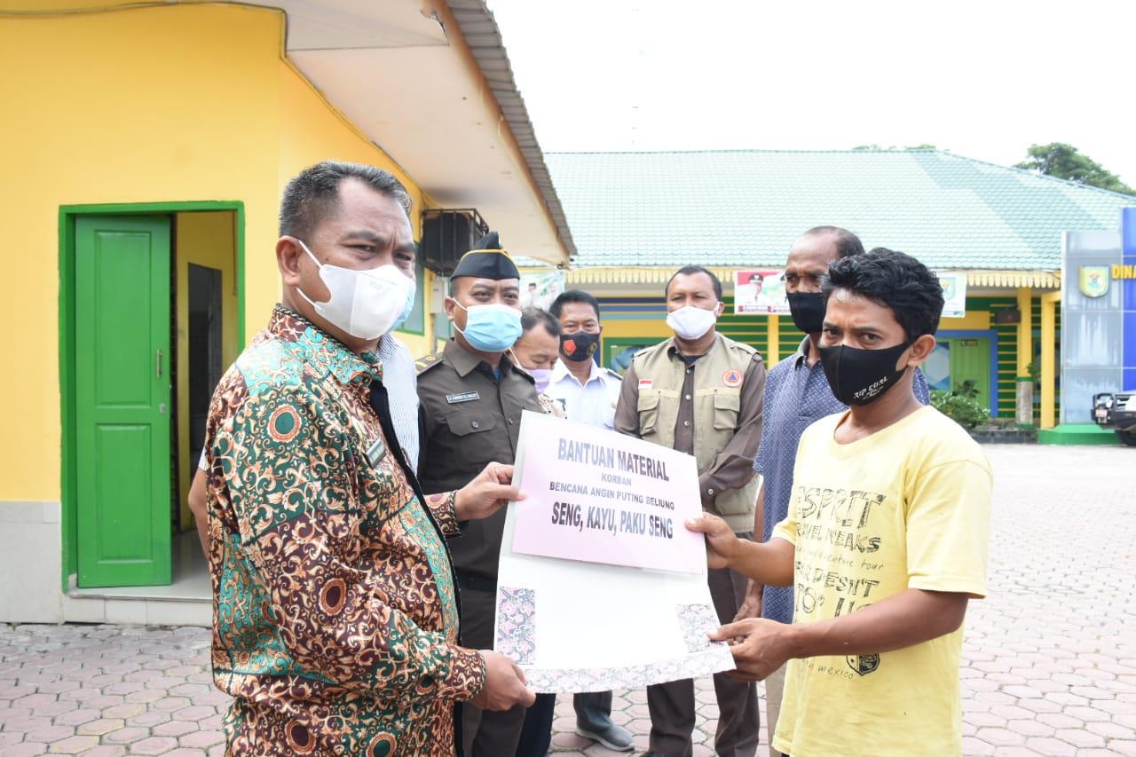 Bupati Sergai Secara Simbiolis Menyerahkan Bantuan Material Bangunan Kepada Korban Angin Puting Beliung