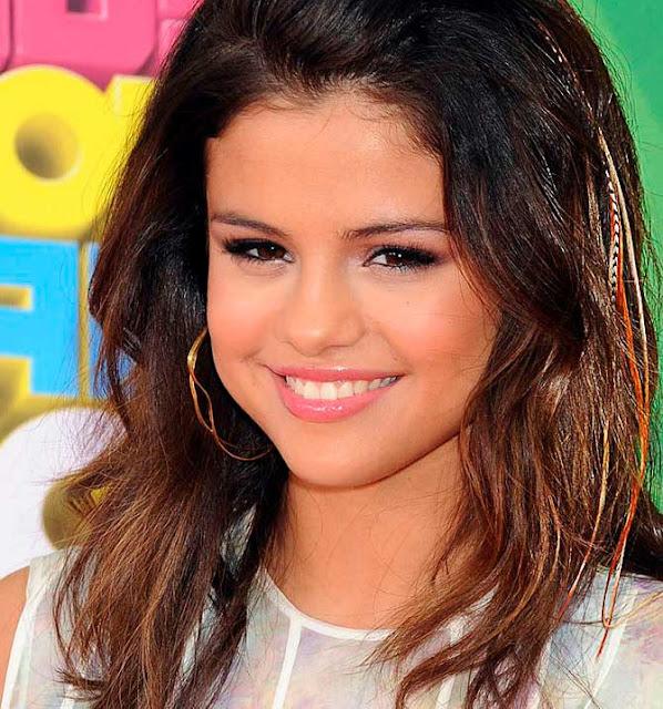 Selena Gomes com penas no cabelo
