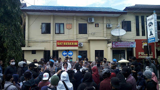 Sejumlah massa aksi memasuki halaman Gedung Mapolrrestabes Kota Parepare