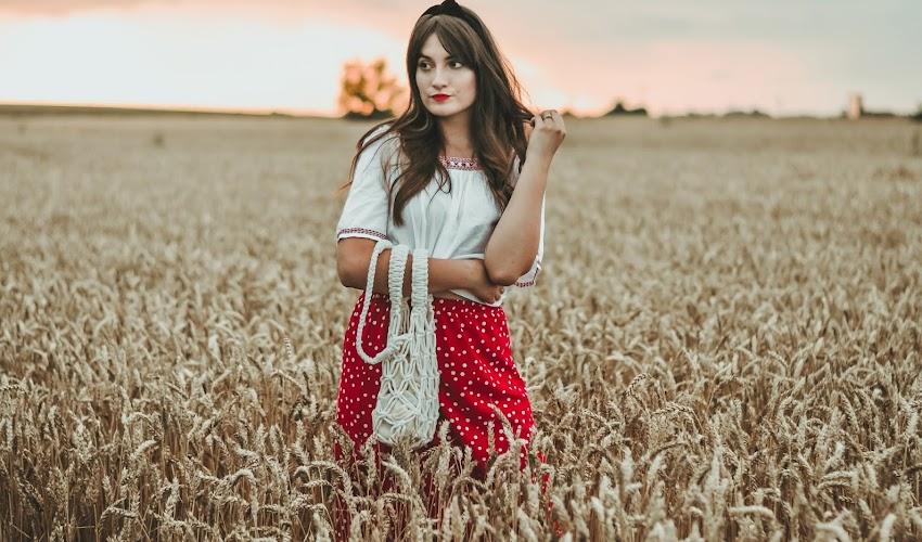 Letnia stylizacja z czerwoną spódnicą w groszki. STYLIZACJA DNIA