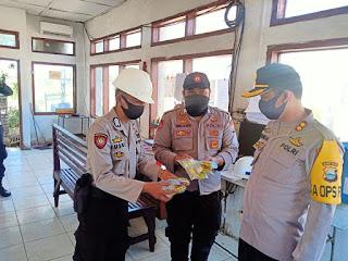 Cegah Virus Korona, Kapolres Pangkep Didampingi Ketua Bhayangkari Bagikan Multivitamin di Pos Jaga