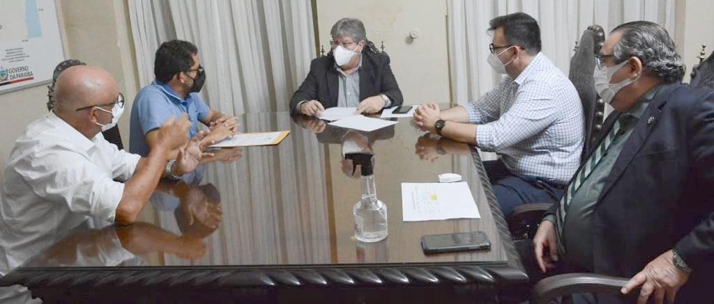 Ao lado de Raniery, prefeito e vice de Pilõezinhos têm audiência com João Azevêdo