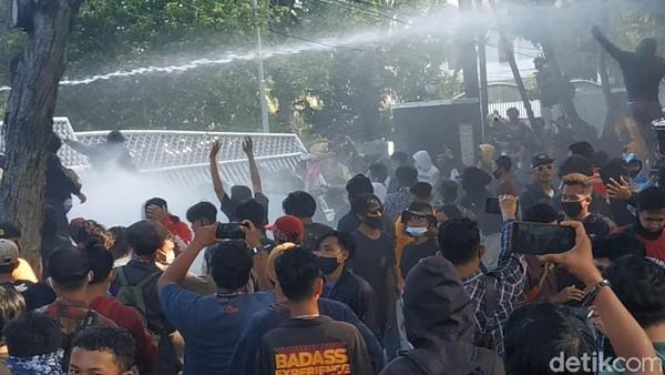 Demo Omnibus Law di Banyuwangi Ricuh, Sejumlah Pendemo Diamankan