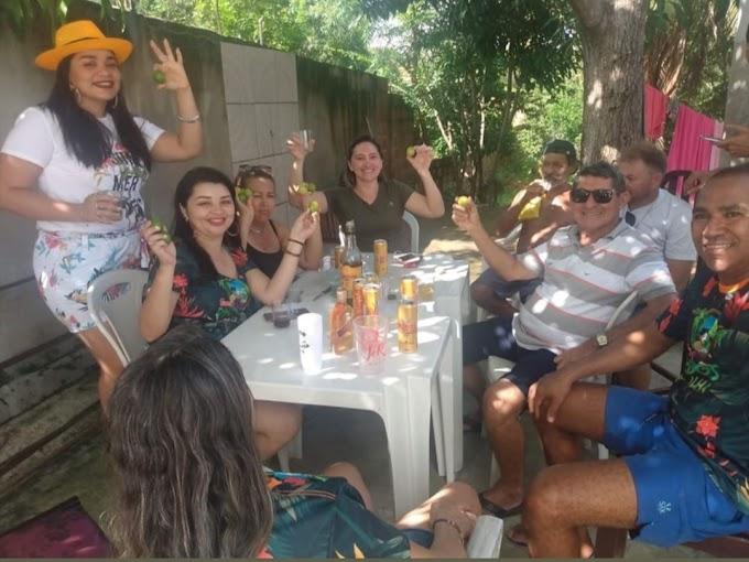 Agenda: Pré-candidato reuni-se com amigos para festividades de Carnaval.