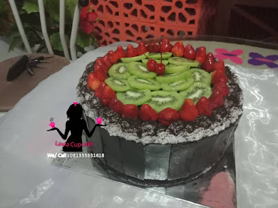 Black forest topping strawberry dan buah kiwi enak segar