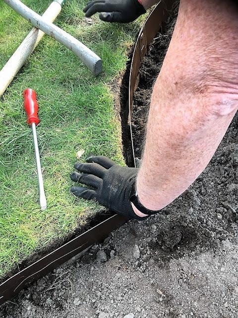 Prosjekt vannbord er i gang, med bedkanter fra Everedge - hele sirkelen er ferdig utgravd - bedkantene monteres IMG_5845 (2)-min