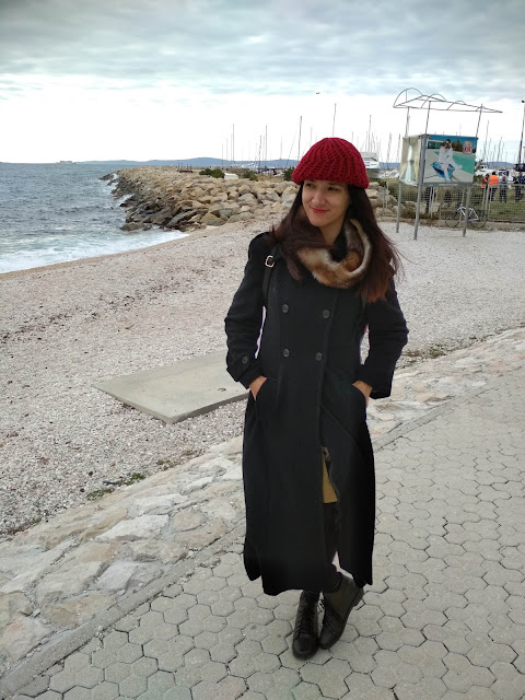 A touch of red (How to style a long black coat? An outfit proposal of the day)