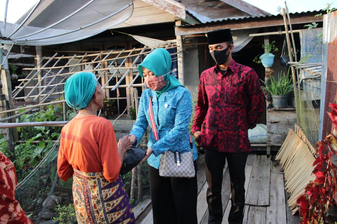 Peduli Warga Terdampak Covid-19, ASN dan Ibu PKK di Kuala Jambi Bagi-Bagi Sembako