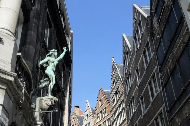 Antwerp in One Day: Copper statue in Old Town Antwerp